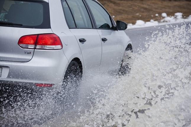 Aquaplaning: ¿Cómo reaccionar al volante?