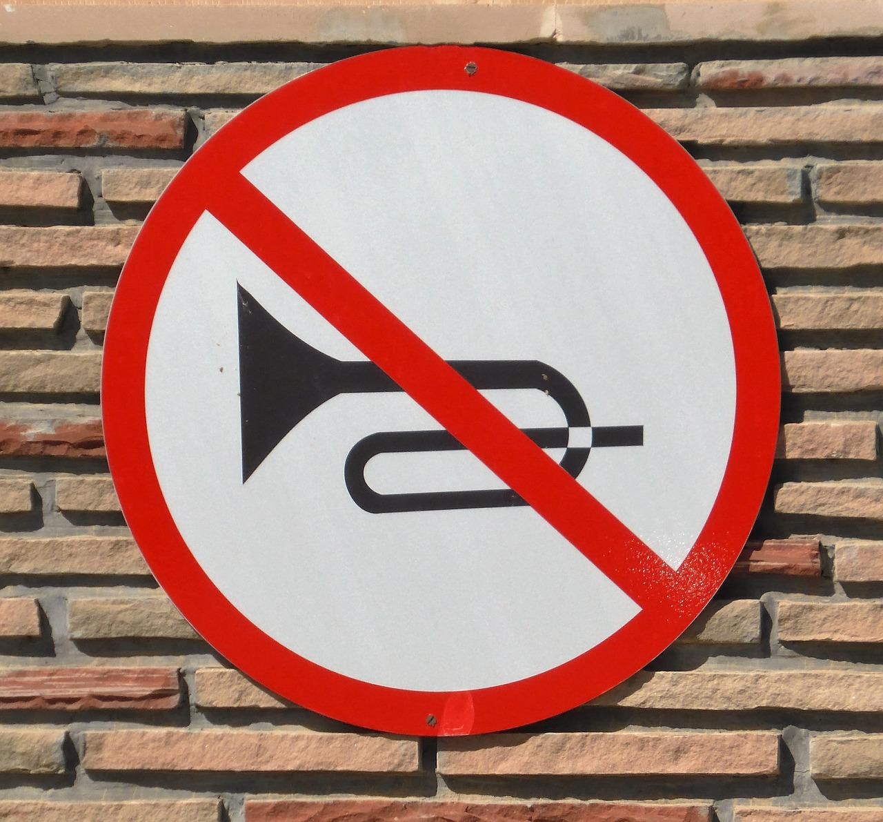 señal prohibido claxon